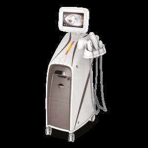 RF (Radiofrequenz) – VAKUUM ZUR ASPIRATION und LASER LLLT mit 760 nm Dieses Verfahren vereint 3 überaus leistungsstarke Technologien in gezielter Kombination. Das Zusammenwirken von multipolarer Radiofrequenz und LLLT-Laser bewirkt eine intensive Wärme im Bindegewebe, begünstigt die Collagenproduktion; es gewährleistet eine deutliche lokalisierte Reduktion des Fettvolumens und wirkt schlaffer Haut entgegen. Die Vakuum-Absaugung erhöht unmittelbar den Blutfluss und wirkt wie eine Lymphdrainage – beiden Einwirkungen kommt eine grundlegende Bedeutung für die Verbesserung des allgemeinen Gesundheitszustandes und der physischen Form zu. Mit der Bestrahlung des Fettgewebes durch den LLLT-Laser werden Mikroporen gebildet, die durch die Adipozyten hindurchgehen; beschleunigt wird dabei die Fragmentierung der Triglyceride in Glycerol und Fettsäuren, so dass diese aus der Zelle austreten können. Die Zelle erscheint in der weiteren Folge kleiner. Die ausgetretenen Lipide selbst werden auf dem Weg des natürlichen Stoffwechsels abgebaut. Das System ist mit einer vakuumunterstützten Technologie ausgestattet, die ihrerseits mit unterschiedlichen dynamischen Impulsen kombiniert ist. In der Folge wird die Aktivität der Fibroblasten unterstützt; begünstigt wird die Erweiterung der Gefäße, und Sauerstoff wird zur Unterstützung der Energieverteilung frei. Das Vakuum hebt die Haut an und massiert sie intensiv und verdichtet sie. In der Folge wird der lokale Blutfluss erhöht, und es kommt zu einer Stimulierung der Lymphdrainage.